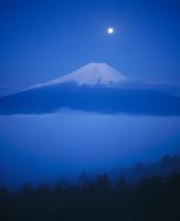 高座山からの雲海と月光富士山