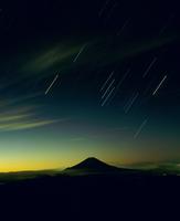 聖岳よりオリオン座と黎明の富士山