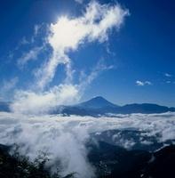 櫛形林道からの雲海と太陽の富士山 11076000536| 写真素材・ストックフォト・画像・イラスト素材|アマナイメージズ