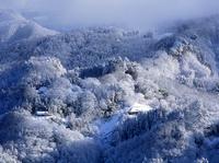 大峰高原から見る雪の山里 11076000600| 写真素材・ストックフォト・画像・イラスト素材|アマナイメージズ