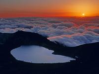 乗鞍岳の剣ヶ峰から見る権現池と雲海と夕日 11076000624| 写真素材・ストックフォト・画像・イラスト素材|アマナイメージズ