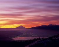 高ボッチ高原より朝焼けの富士山と諏訪湖 11076000661| 写真素材・ストックフォト・画像・イラスト素材|アマナイメージズ