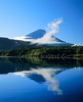西湖からの雲と逆さ富士山 11076000873| 写真素材・ストックフォト・画像・イラスト素材|アマナイメージズ