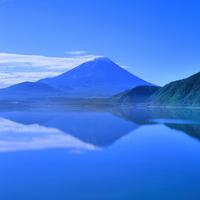 夏の本栖湖と富士山 11076001984| 写真素材・ストックフォト・画像・イラスト素材|アマナイメージズ