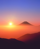 丸山林道より朝日と富士山 11076001992| 写真素材・ストックフォト・画像・イラスト素材|アマナイメージズ