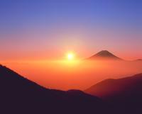 丸山林道より朝日と富士山 11076002001| 写真素材・ストックフォト・画像・イラスト素材|アマナイメージズ