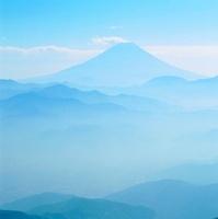 櫛形林道より山並みと富士山 11076002002| 写真素材・ストックフォト・画像・イラスト素材|アマナイメージズ