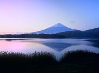 秋の河口湖と逆さ富士 11076002113| 写真素材・ストックフォト・画像・イラスト素材|アマナイメージズ