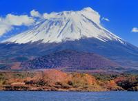 紅葉の精進湖と富士山