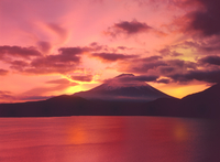 朝焼けの本栖湖と富士山 11076002146| 写真素材・ストックフォト・画像・イラスト素材|アマナイメージズ