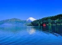 芦ノ湖の朝霧と富士山
