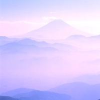 櫛形林道より山並みと富士山 11076002218| 写真素材・ストックフォト・画像・イラスト素材|アマナイメージズ