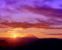 丸山林道より朝日と富士山 11076002233| 写真素材・ストックフォト・画像・イラスト素材|アマナイメージズ