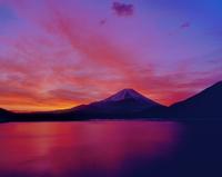 朝焼けの本栖湖と富士山 11076002242| 写真素材・ストックフォト・画像・イラスト素材|アマナイメージズ