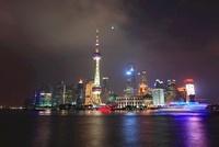 東方明珠塔と浦東新区のビル群、黄浦江と遊覧船の夜景