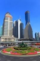 東方明珠塔前ロータリーと浦東新区のビル群