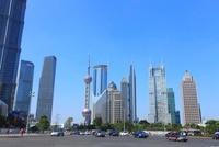 東方明珠塔など浦東新区のビル群と世紀大道