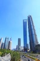 上海環球金融中心、金茂大廈など浦東新区のビル群と世紀大道