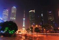 東方明珠塔など浦東新区のビル群と世紀大道の夜景
