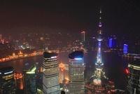 東方明珠塔など浦東新区と黄浦区のビル群、黄浦江の夜景