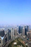 浦東新区と虹口区のビル群、黄浦江と陸家嘴中心緑地