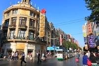 南京東路と観光用の電気自動車 11076002298| 写真素材・ストックフォト・画像・イラスト素材|アマナイメージズ