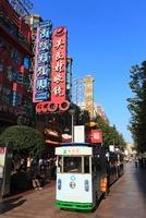 南京東路と観光用の電気自動車 11076002299| 写真素材・ストックフォト・画像・イラスト素材|アマナイメージズ