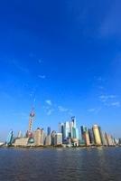東方明珠塔と浦東新区のビル群、黄浦江 11076002303| 写真素材・ストックフォト・画像・イラスト素材|アマナイメージズ