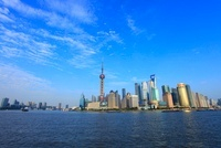 東方明珠塔と浦東新区のビル群、黄浦江