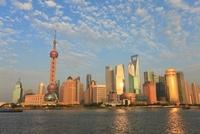 東方明珠塔と浦東新区のビル群、黄浦江の夕景