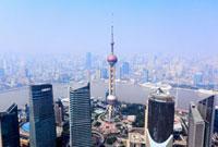 東方明珠塔など浦東新区と黄浦区のビル群、黄浦江
