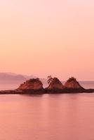 寄島から望む三郎島の朝焼け 11076002562| 写真素材・ストックフォト・画像・イラスト素材|アマナイメージズ