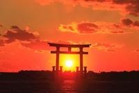 弁天島に沈む夕日 11076002605| 写真素材・ストックフォト・画像・イラスト素材|アマナイメージズ