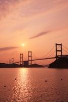 しまなみ海道 夕日と来島海峡大橋 11076002689| 写真素材・ストックフォト・画像・イラスト素材|アマナイメージズ