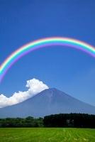 朝霧高原からの夏の富士山と虹 11076003543| 写真素材・ストックフォト・画像・イラスト素材|アマナイメージズ
