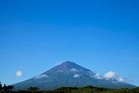 夏の富士山と白い雲