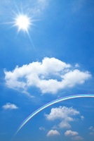 青空に浮かぶ雲と太陽、虹