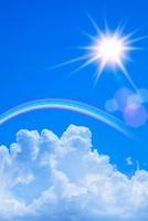 青空に入道雲と太陽、虹