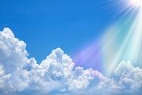 光芒射す入道雲と青空
