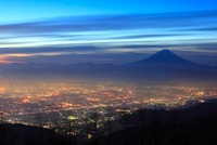 甘利山より甲府盆地の朝焼けと富士山 11076004081| 写真素材・ストックフォト・画像・イラスト素材|アマナイメージズ