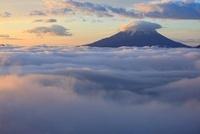 櫛形山林道より笠雲の富士山と雲海