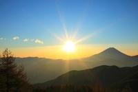 丸山林道より富士山と日の出 11076004235| 写真素材・ストックフォト・画像・イラスト素材|アマナイメージズ