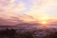 山の辺の道 天香久山、畝傍山、耳成山、二上山と夕日 11076004280| 写真素材・ストックフォト・画像・イラスト素材|アマナイメージズ