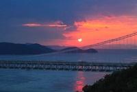 瀬戸大橋と夕日 11076004372| 写真素材・ストックフォト・画像・イラスト素材|アマナイメージズ