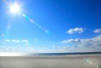 砂浜と海、太陽