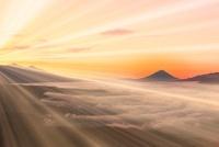 高ボッチ高原より富士山と朝焼け、光芒 11076004562| 写真素材・ストックフォト・画像・イラスト素材|アマナイメージズ