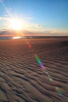 砂浜と海、夕日 11076004790| 写真素材・ストックフォト・画像・イラスト素材|アマナイメージズ