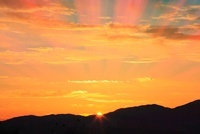 夕日と光芒 11076004831| 写真素材・ストックフォト・画像・イラスト素材|アマナイメージズ