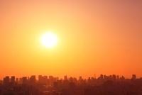 東京都心のビル群と夕日 11076005413| 写真素材・ストックフォト・画像・イラスト素材|アマナイメージズ