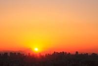 東京都心のビル群と夕日、富士山